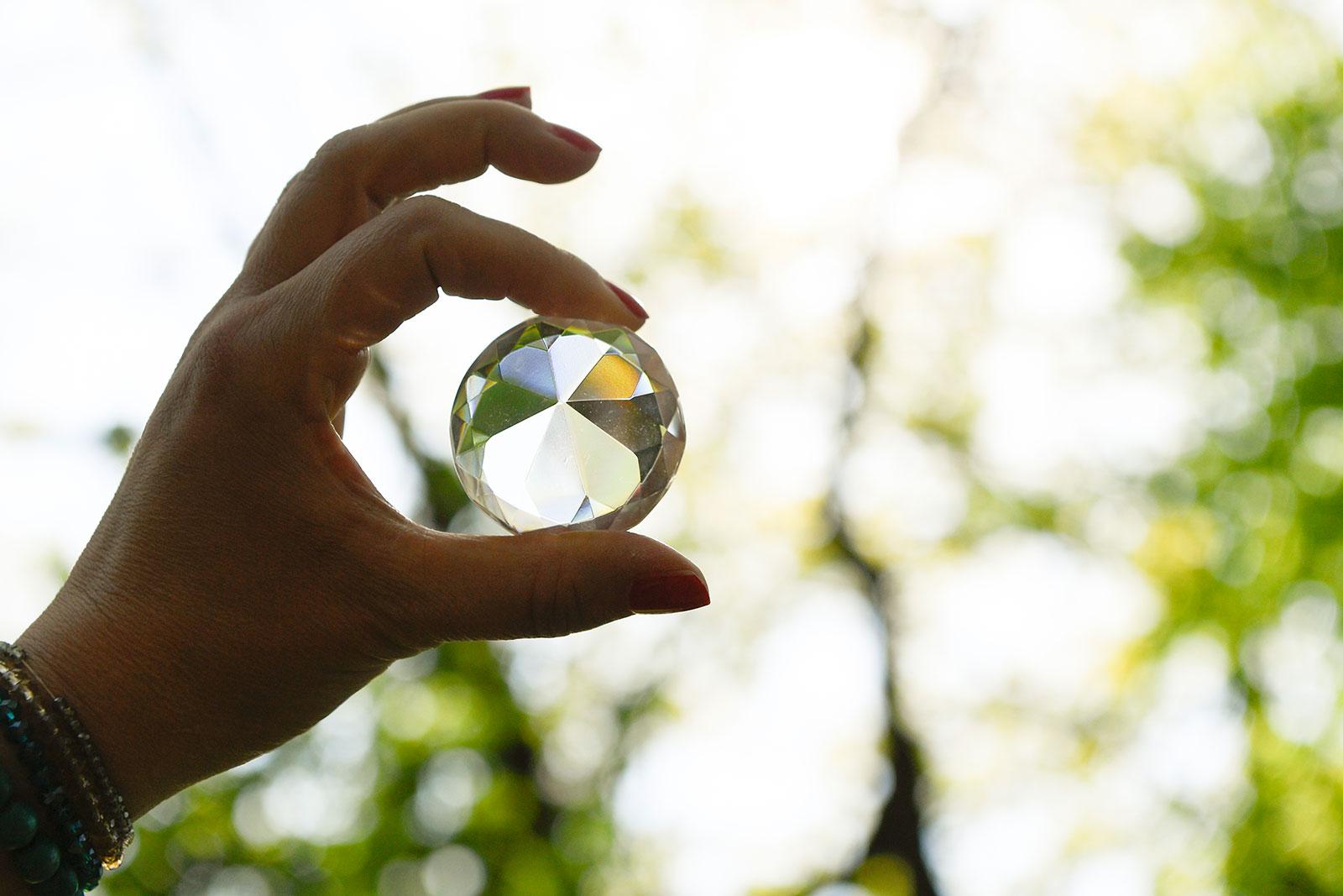 Hand mit Kristall