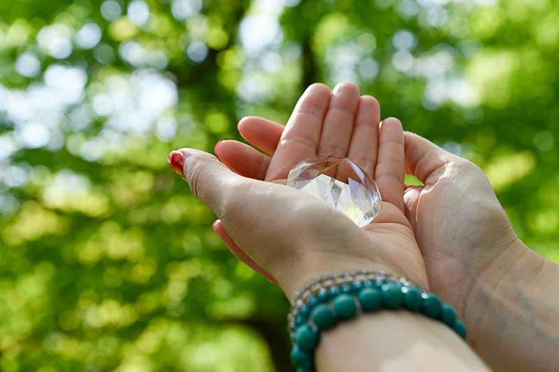 Kristall in der Hand